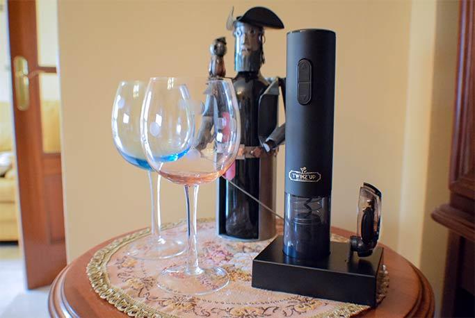Abridor de botellas de vino eléctrico, con copas, y vino